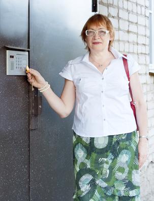 Подъездная дверь с домофоном